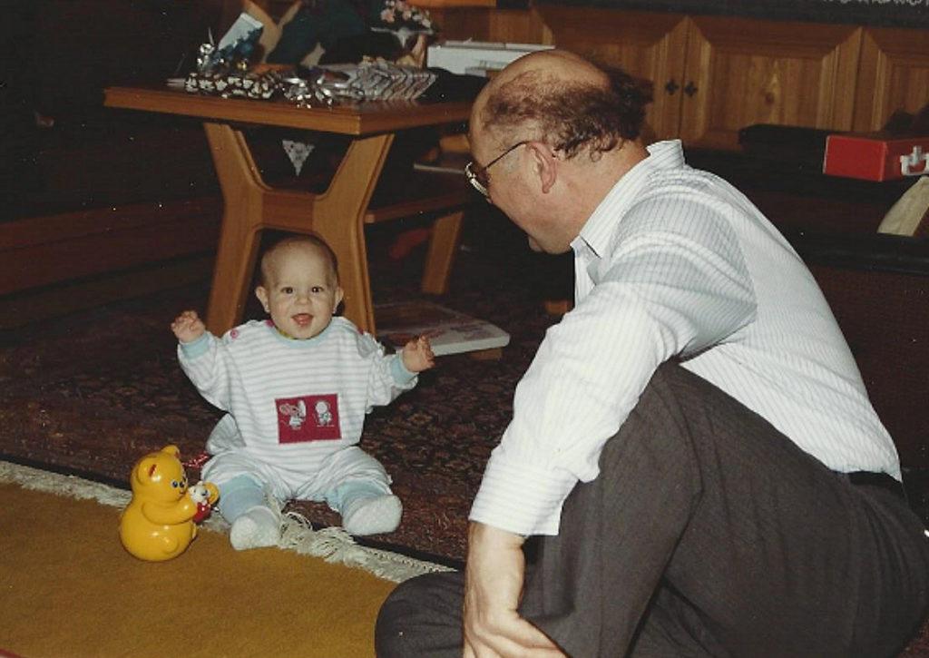 Kinderfoto mit Opa groß